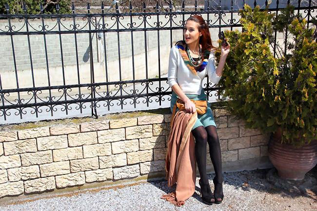 beli kardigan sa kragnom od vestackog krzna u vise boja i pletena suknja