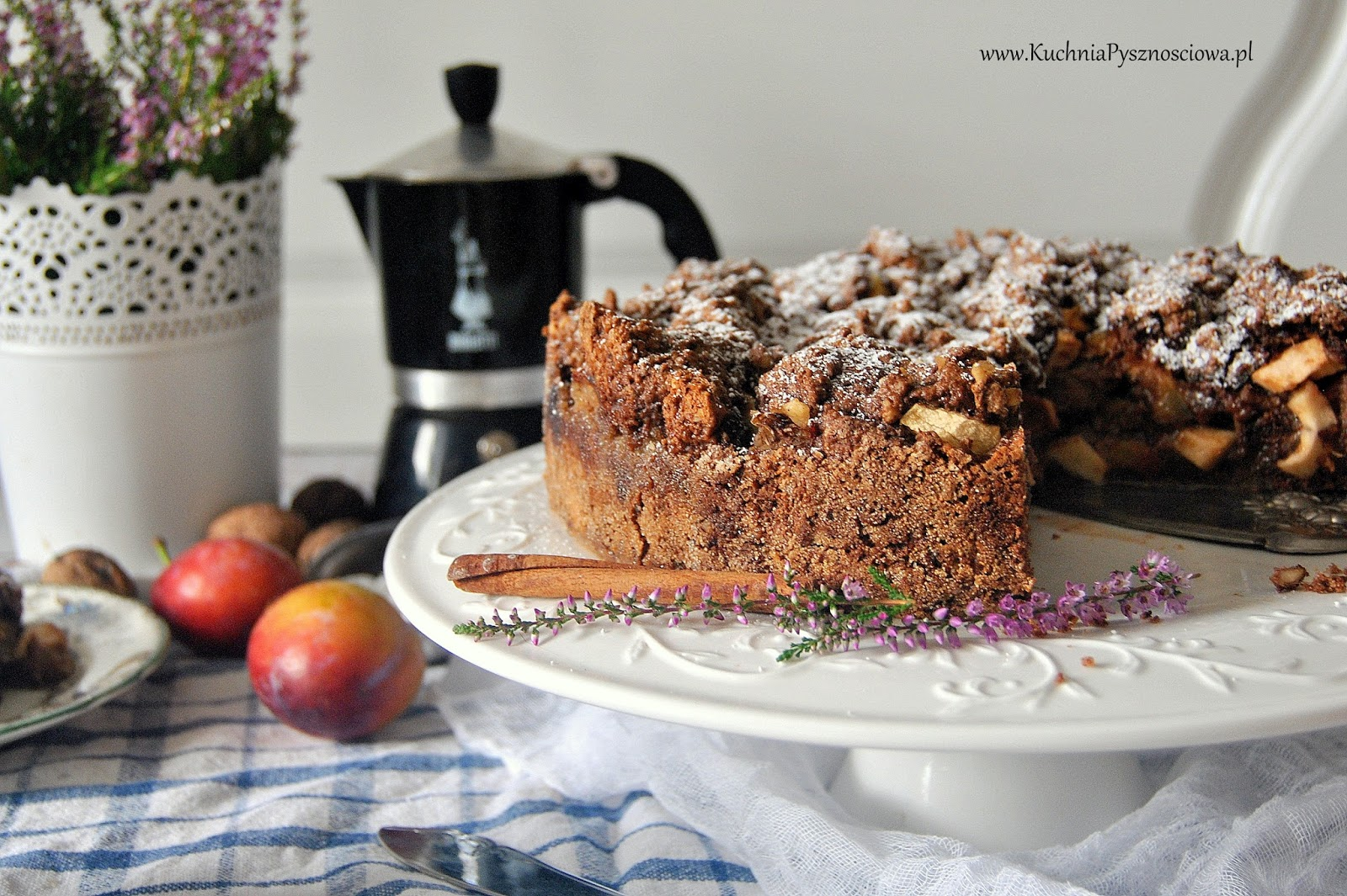 538. Orzechowe ciasto z jabłkami i śliwkami