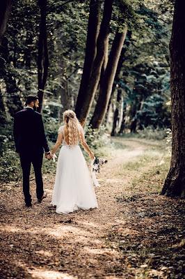 Novios paseando por un sendero en un bosque