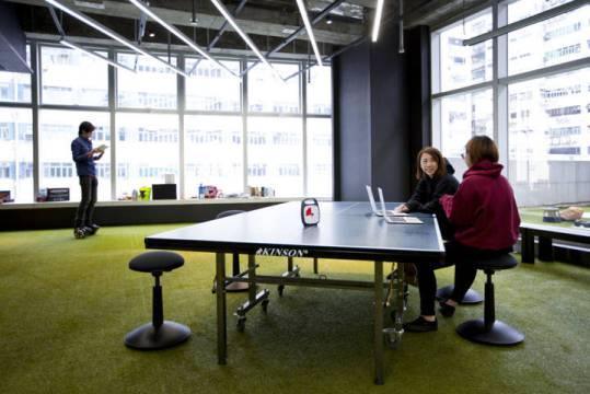 Diskusi sesama Karyawan 9GAG di meja tenis meja
