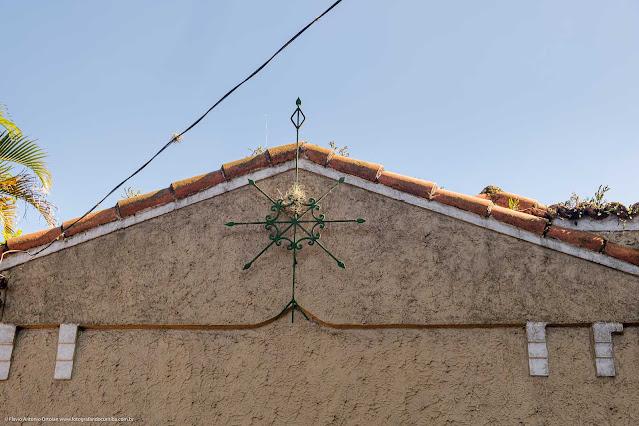 Casa de madeira com fachada de alvenaria e ornamento de ferro - detalhe