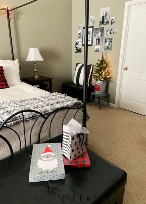 Master Bedroom Christmas Decoration  -   mini Christmas tree, quilt