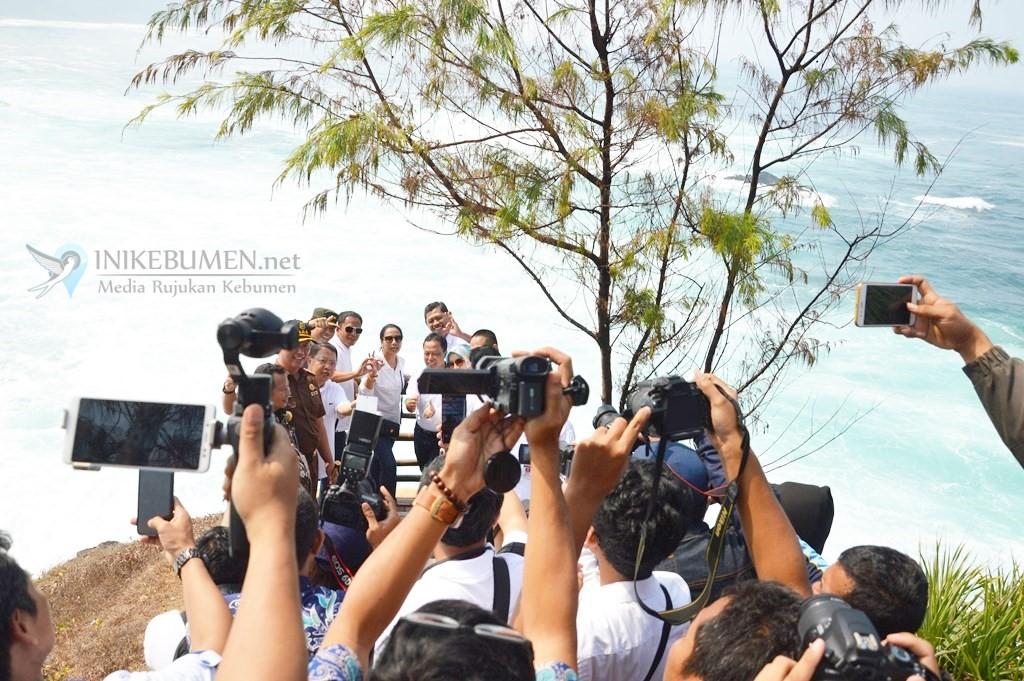Menteri Rini bersama rombongan menyempatkan foto bersama di Pantai Menganti