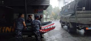 Lantamal VIII Kirimkan Tim Siaga Banjir Bantu Warga Karombasan