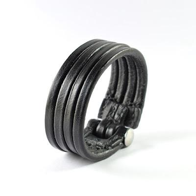 Bracciale su misura in cuoio nero a 4 filetti con chiusura in acciaio inox.