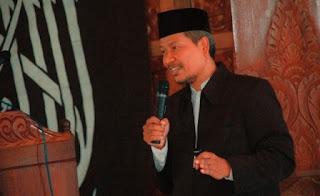 BANUASYARIAH.COM, YOGYAKARTA - Fatwa BPS haram yang dikeluarkan MUI kadung menjadi polemik. Rakyat pun dibuat gusar lantaran lemba rujukan umat Islam ini belakangan menarik kembali fatwa haram tersebut dan menyatakan BPJS belum syariah.   Hizbut Tahrir Indonesia pun sempat membahas persoalan ini dalam beberapa pertemuan. Seperti yang dijelaskan DPP HTI, Ustadz Dwi Chondro Triono Ph.D disela Liqo Syawal yang digelar HTI DPD II Sleman di di Rumah Makan Lesehan Sego Wiwit, Ahad (2/8/2015). Bahkan Ustadz Chondro sempat menyentil BPJS tak lebih seperti arisan tingkat nasional.