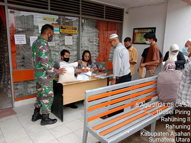 Agar Terjalinnya SIlaturahmi Yang Baik Dengan Masyarakat, Personel Jajaran Kodim 0208/Asahan Dampingi Pembagian BST