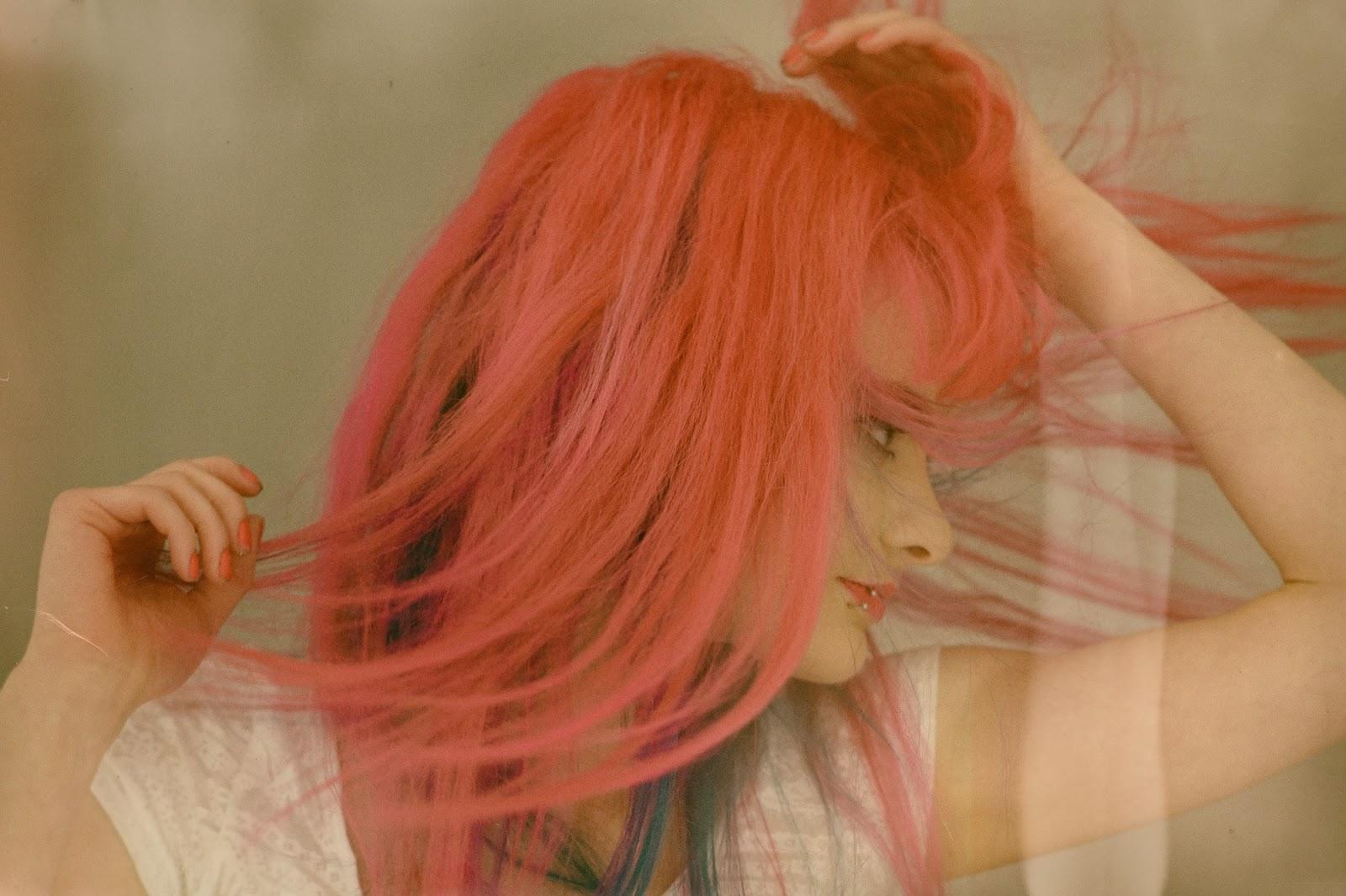 Ich schüttele meine rosa Haare durch die Gegend.