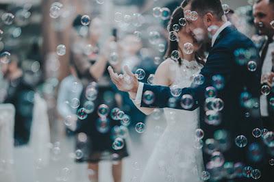 Baile de los novios entre pompas de jabón