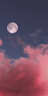 صورة القمر مع سماء وسحاب بلون وردى زاهي