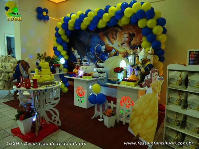 Mesa para festa de aniversário A Bela e a Fera - Ornamentação temática provençal