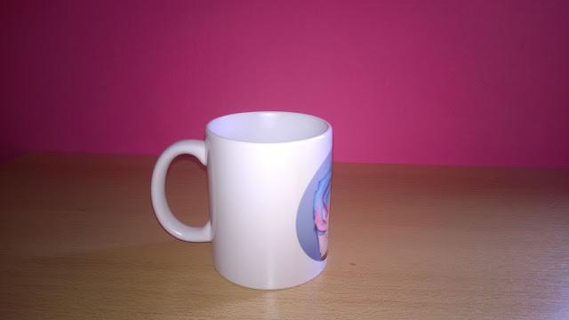 Weiße Tasse mit bunter Rose von der Seite
