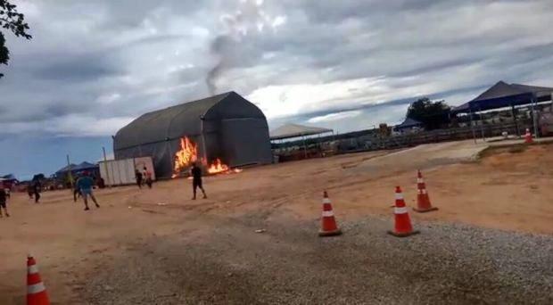 Moradores queimam alojamento de trabalhadores contaminados pela covid-19