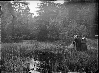 Ausflug in die Umgebung - Familie am Wasser mit Wald - 1910-1930