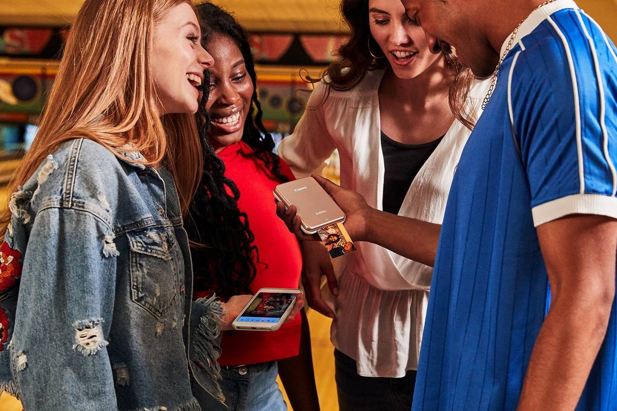 Минипринтер Canon Zoemini имеет компактные размеры и легко подключается к смартфону по Bluetooth