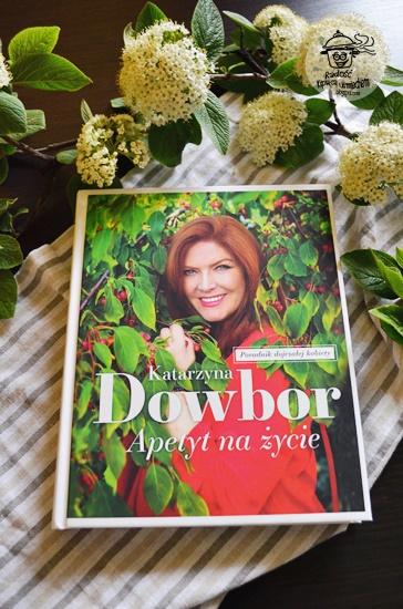 Recenzja książki Apetyt na życie Katarzyny Dowbor, a także przepis na ciasto drożdżowe z jagodami które robi się samo.