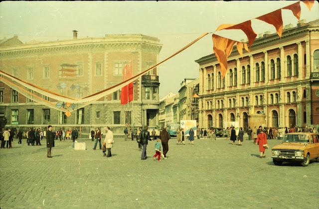 1983 год. Рига. На площади 17 Июня во время Дней искусств