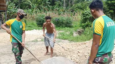 Satgas Yonif 413 Kostrad Bantu Warga Benahi Jalan Kampung