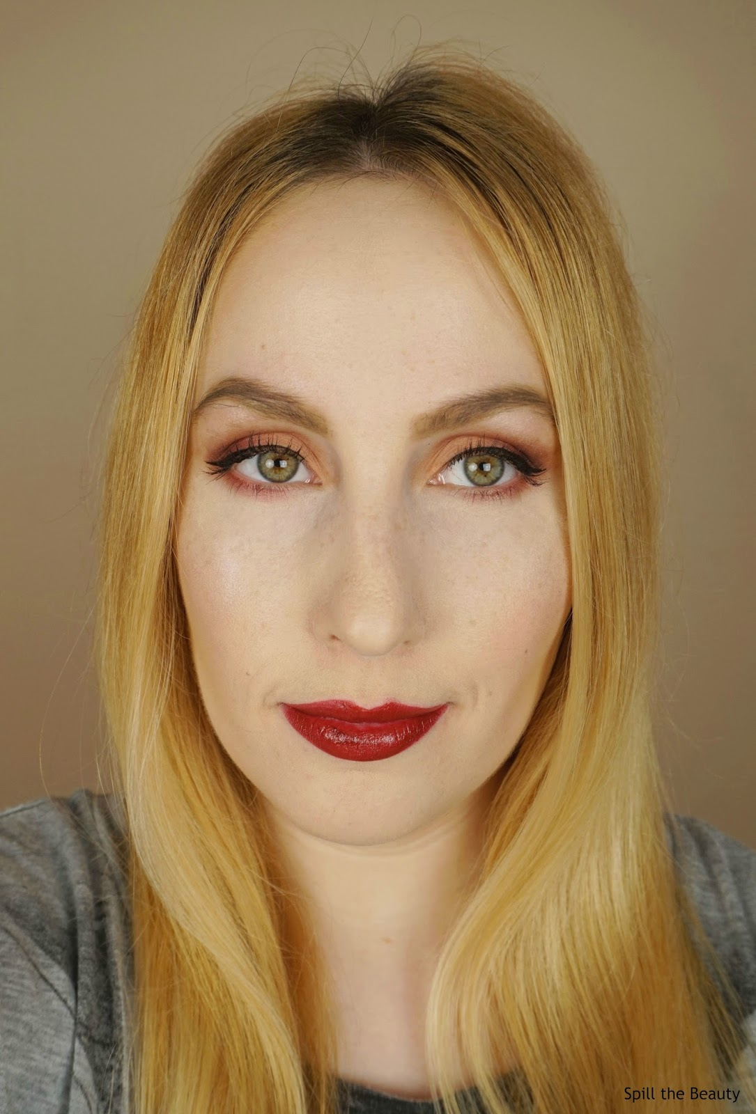 charlotte tilbury kissing night crimson swatch