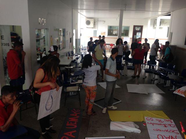 Universitários e estudantes do ensino médio ocupam as instalações do Centro de Estudos Superiores de Imperatriz desde a noite da terça-feira, 25. Fotos: Gruposde WuatsApp #OcupaUemasul
