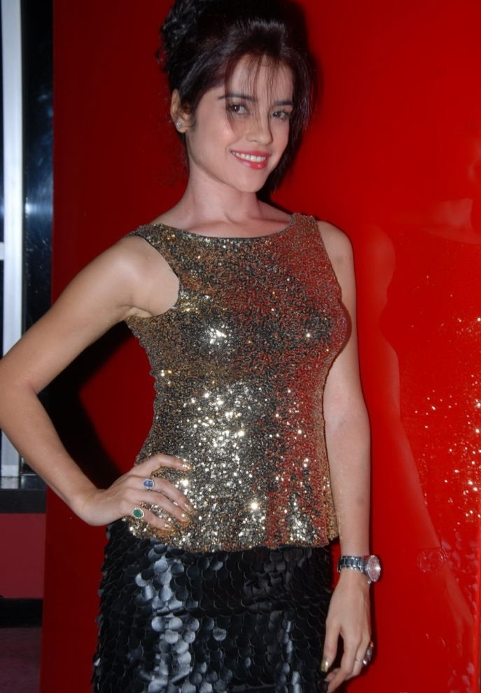 gorgeous Piaa bajpai in golden sparking dress at hotel vacation pics