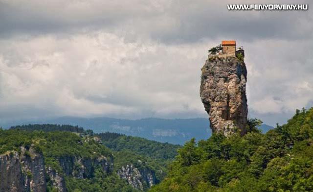 Szerzetes a szikla tetején