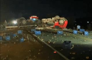 Homem morre e outro fica ferido após caminhão tombar em Ituaçu