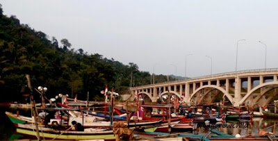 tempat sandara perahu nelayan di pantai cengkrong