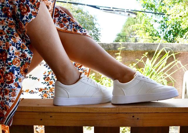 saia midi e tênis branco