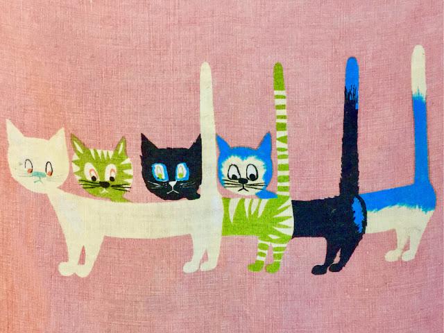 Vier Katzen, die gestaffelt hintereinanderstehen. Die Figuren überschneiden sich, aus manchem Hinterpfotenpaar wird ein Vorderpfotenpaar.