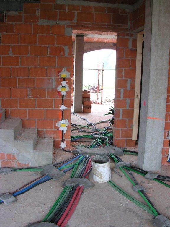 foto dellimpianto a idraulico a pavimento ed impianto elettrico in soggiorno