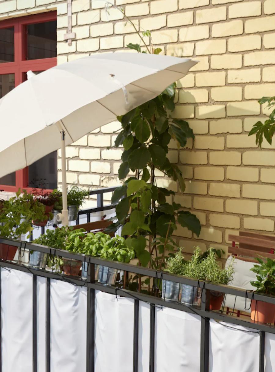 Balcón pequeño con parasol