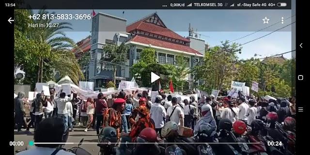 *Tri Rismaharini walikota Surabaya didemo purel*