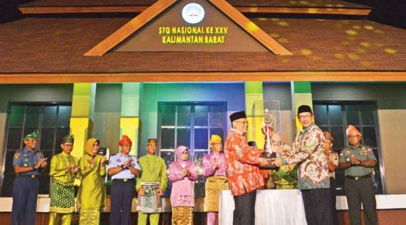 CLOSING STQ: The Indonesian Minister of Religion accompanied by the Governor of West Kalimantan struck a tambourine at the end of XXV National STQ, Friday (5/7) night. MEIDY KHADAFI / PONTIANAK POST