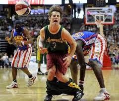 smešna slika: košarkaš sa spuštenim šorcem