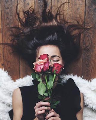 pose acostada oliendo rosas