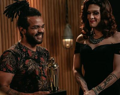 Leandro Santos recebe troféu das mãos de Rita Von Hunty. Crédito: Barry Company