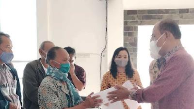 Wabup Samosir Serahkan Bantuan 'Sipir Ni Tondi' Kepada Korban Angin Kencang