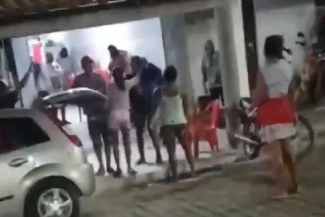 Mulher apanha de quatro vizinhas ao mesmo tempo após fazer barraco por causa de macho; veja vídeo
