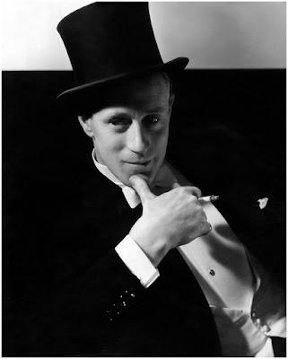 Edward Steichen adalah orang yang pertama kali ditantang untuk membuat karya foto dengan pendekatan fine art untuk mempromosikan sebuah brand fashion