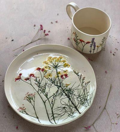 naczynia zdobione roślinami
