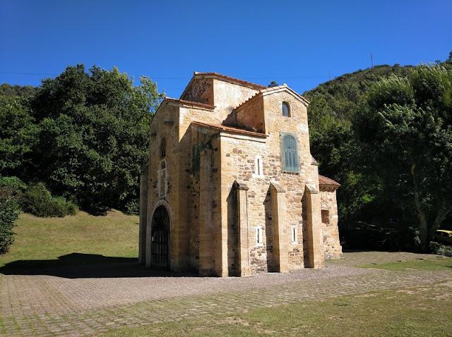 Las celosias superiores están protegidas en San Miguel de Lillo en Oviedo (Asturias-España)