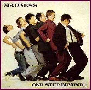 "Portada del sencillo de Madness: One Step Beyond de 1979. La imagen muestra a sus 6 integrantes haciendo el ""tren"""