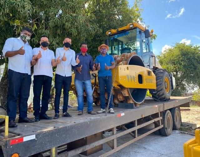 """Prefeito e vereador de Cardeal da Silva celebram entrega de equipamento através de emenda: """"vai ajudar a melhorar as estradas"""""""