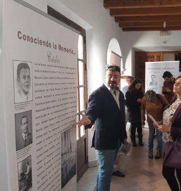 Santiago Moreno durante el recorrido inaugural de la apertura de la exposición del Aula de Memoria en El Puerto.