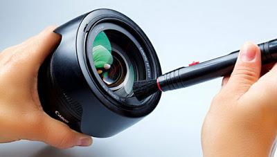 Apabila kalian sering menggunakan kamera DSLR di luar ruangan pasti mudah kotor baik itu bagian luar maupun dalemnya. Untuk itu diperlukan perawatan dengan cara membersihkannya setiap kali habis digunakan. Bagian lensa harus mendapat perhatian lebih karena bagian ini mudah kotor. Bersihkanlah kamera sendiri tidak usah ke tukang service, karena selain mudah juga bisa menghemat biaya.