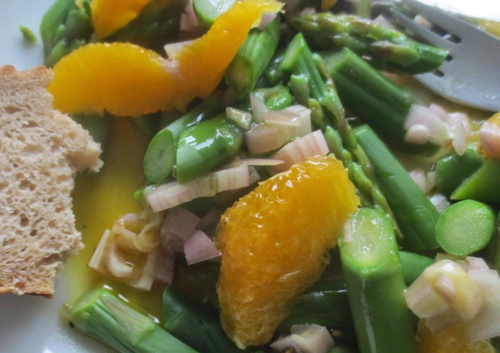 Lauwarmer Spargelsalat mit Orangen-Honig-Vinaigrette