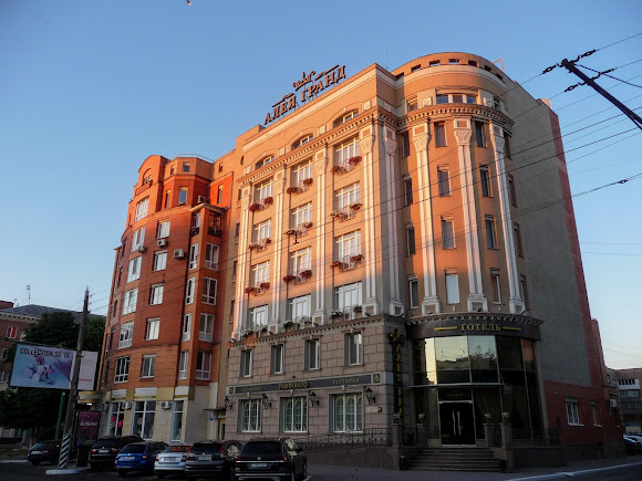 Полтава. Ул. Соборности, 57. Отель «Аллея Гранд»