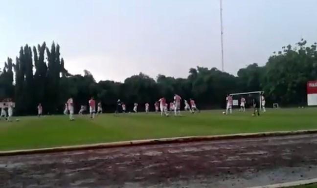 Berlatih Di Bawah Hujan, Untung Pemain Dan Pelatih PS TNI Selamat Dari Sambaran Petir