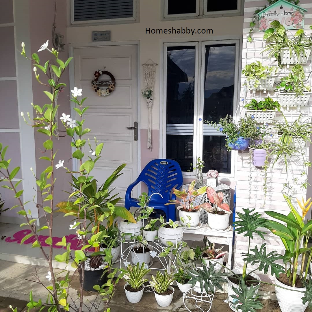 7 Inspirasi Menata Tanaman Pot Gantung Di Teras Depan Rumah Yang Rapi Dan Indah Homeshabby Com Design Home Plans Home Decorating And Interior Design